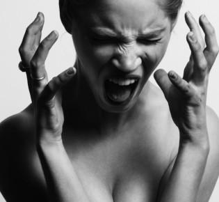 Шум в ушах: причины, симптомы, лечение
