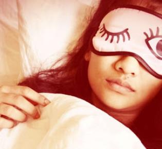 Маска для сна: зачем она нужна, как называется и какая от нее польза