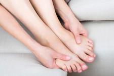 Чешутся ноги ниже колен: о чем говорит симптом возникновения зуда, как устранить неприятное ощущение медицинскими и народными средствами, рекомендации хирургов