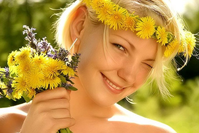 девушка с улыбкой