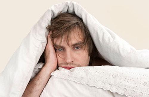 мужчина потеет в кровати